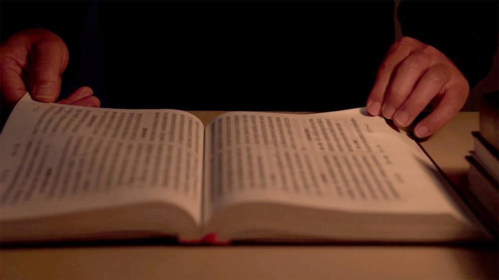 Molti pensano che credere in Dio significhi non allontanarsi mai dalla Bibbia e che allontanarsi dalla Bibbia significhi tradire Dio. Questo tipo di idea è corretto?