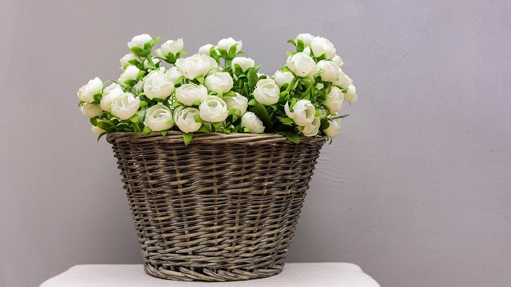 Un'illuminazione da due cesti di fiori