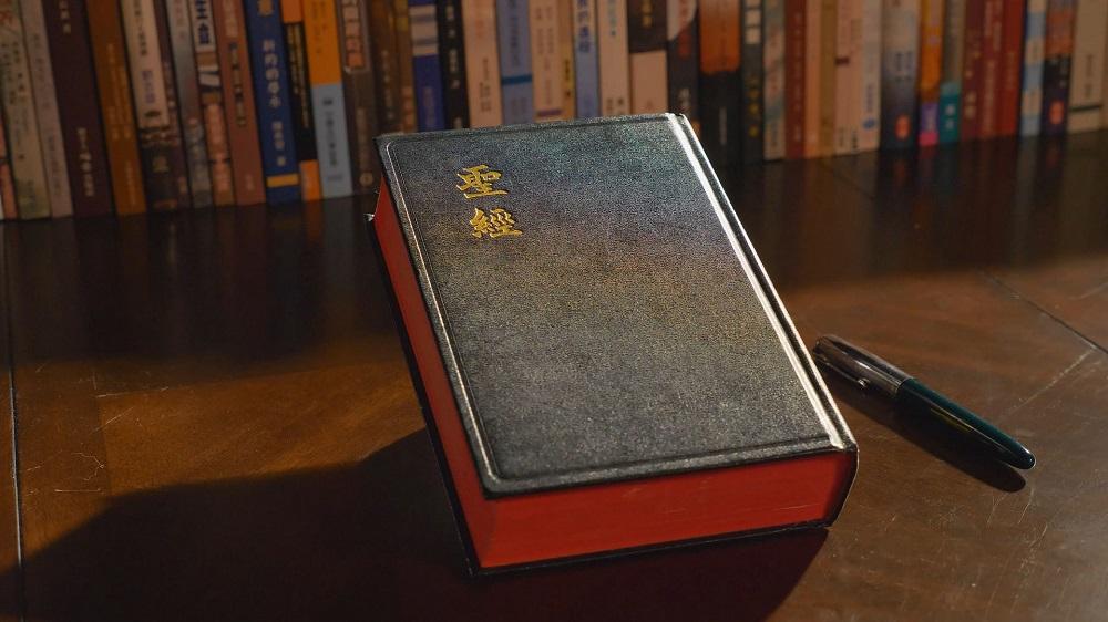 La Bibbia è stata compilata dall'uomo e non da Dio; la Bibbia non può rappresentare Dio.